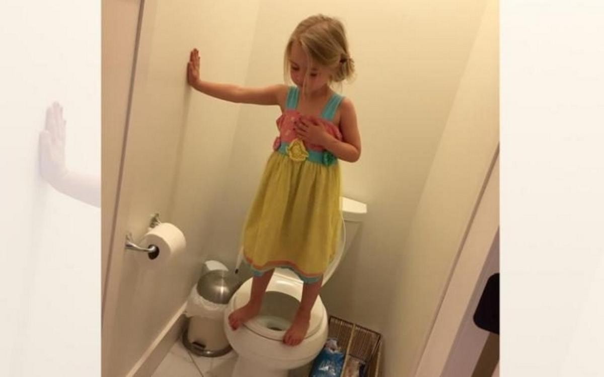 Λύγισε όταν κατάλαβε γιατί η κόρη της στεκόταν επάνω στην τουαλέτα
