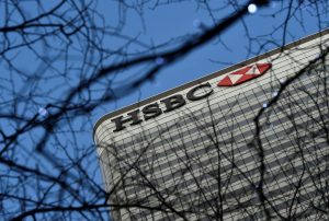 HSBC: Κλείνει καταστήματα, καταργεί θέσεις εργασίας