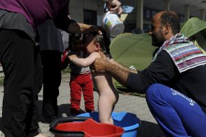 Σήμα κινδύνου από το ΚΕΕΛΠΝΟ για τις άθλιες συνθήκες στην Ειδομένη – Μοίρασαν φυλλάδια στους πρόσφυγες