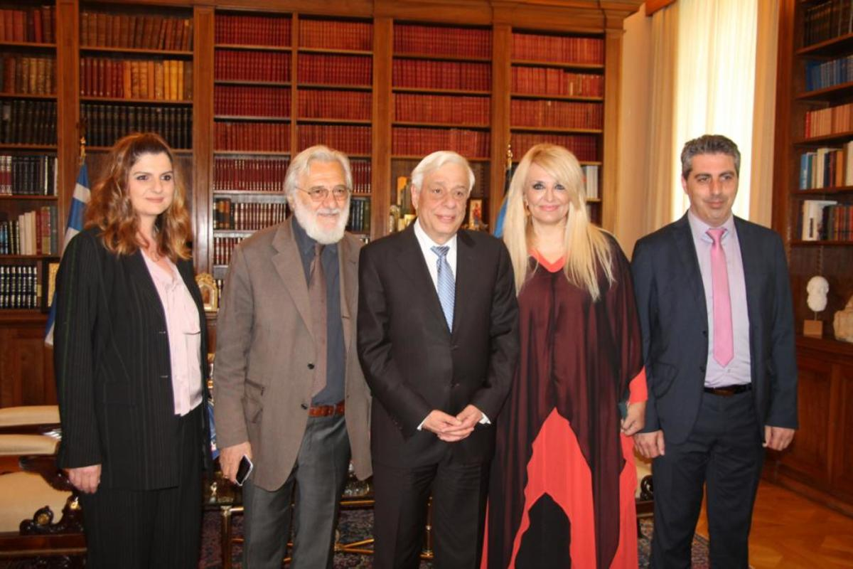 Ο Πρόεδρος της Ελληνικής Δημοκρατίας κ. Προκόπης Παυλόπουλος με τους: εξ αριστερών Γιάννη Σμαραγδή και Κατερίνας Νίκου