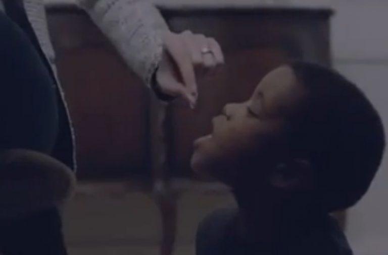Απαράδεκτη διαφήμιση – Λευκή γυναίκα ταΐζει ένα μαύρο παιδάκι σαν… σκυλί κι όλα αυτά με σκοπό τη… φιλανθρωπία