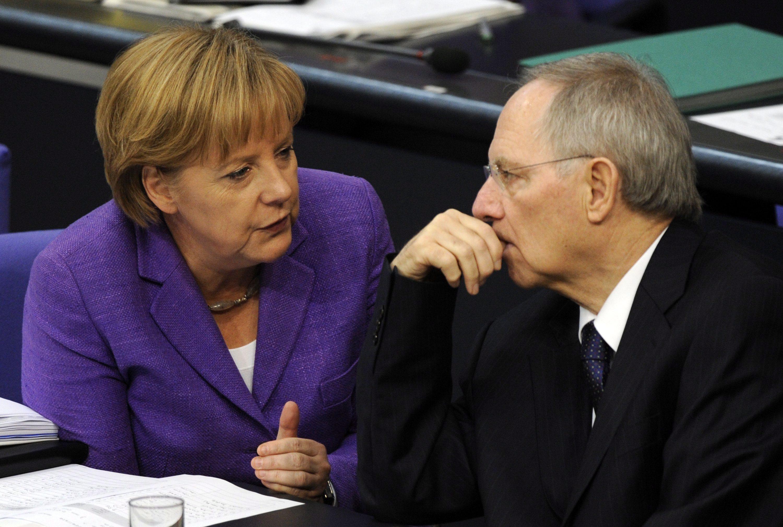 Γερμανία: Την Μέρκελ δείχνει ως υπεύθυνη για την κατρακύλα των Χριστιανοδημοκρατών ο Σόιμπλε