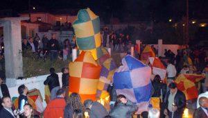 Πασχαλινά Έθιμα: Οι «σαϊτολόγοι» της Καλαμάτας, οι «χαλκουνάδες» του Αγρινίου και ο σταυρός από δάδες στην Ναύπακτο