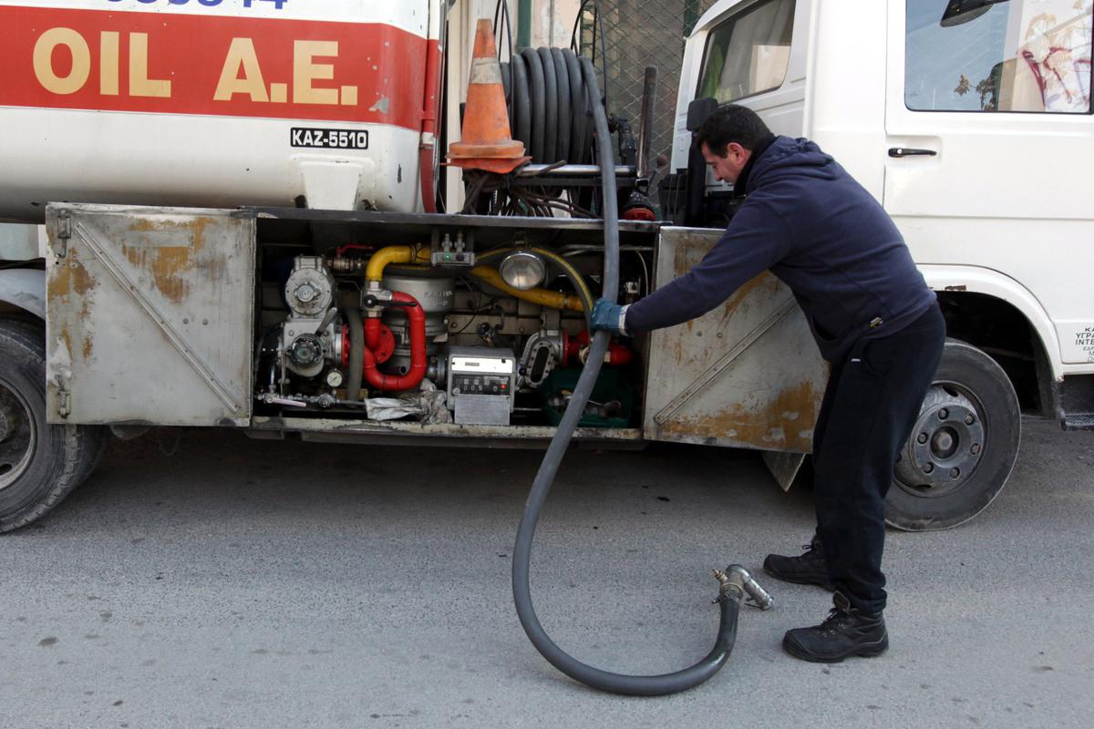 Πετρέλαιο θέρμανσης: Χειροκροτούν οι βενζινοπώλες τη μείωση φόρου – 300 ευρώ ανά 1.000 λίτρα το κέρδος για τα νοικοκυριά