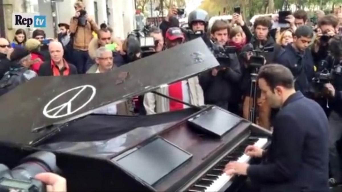 """Παρίσι: Η ιστορία του πιανίστα που έπαιξε το """"Imagine"""" στο Μπατακλάν"""