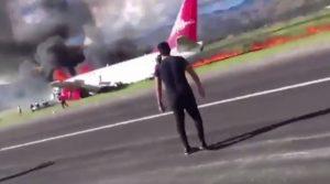 Τρόμος στον αέρα! Αεροπλάνο τυλίχθηκε στις φλόγες – Βγήκε από τον αεροδιάδρομο [vid]