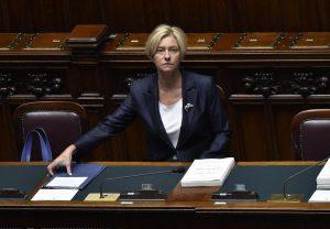 Ηχηρό μήνυμα κατά της ομοφοβίας από την Ιταλίδα Υπουργό Άμυνας – Θα τελέσει σύμφωνο συμβίωσης δύο γυναικών
