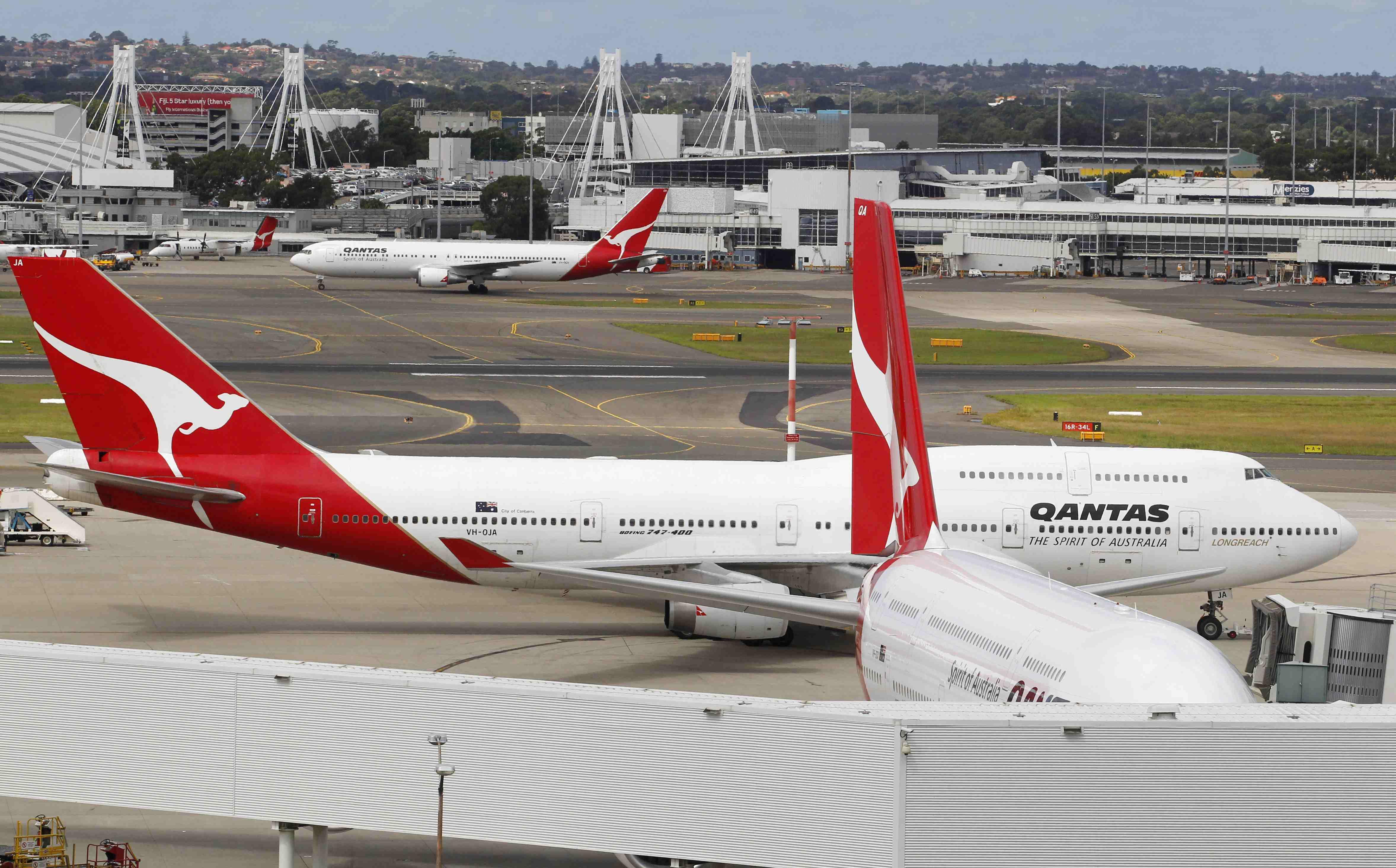 Το αεροπλάνο έχει προσγειωθεί με ασφάλεια και ελέγχεται από τους τεχνικούς. ΦΩΤΟ REUTERS