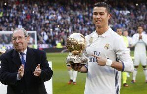 """Ο Ρονάλντο με τη """"Χρυσή Μπάλα"""" στο Μπερνμπέου [pics, vid]"""