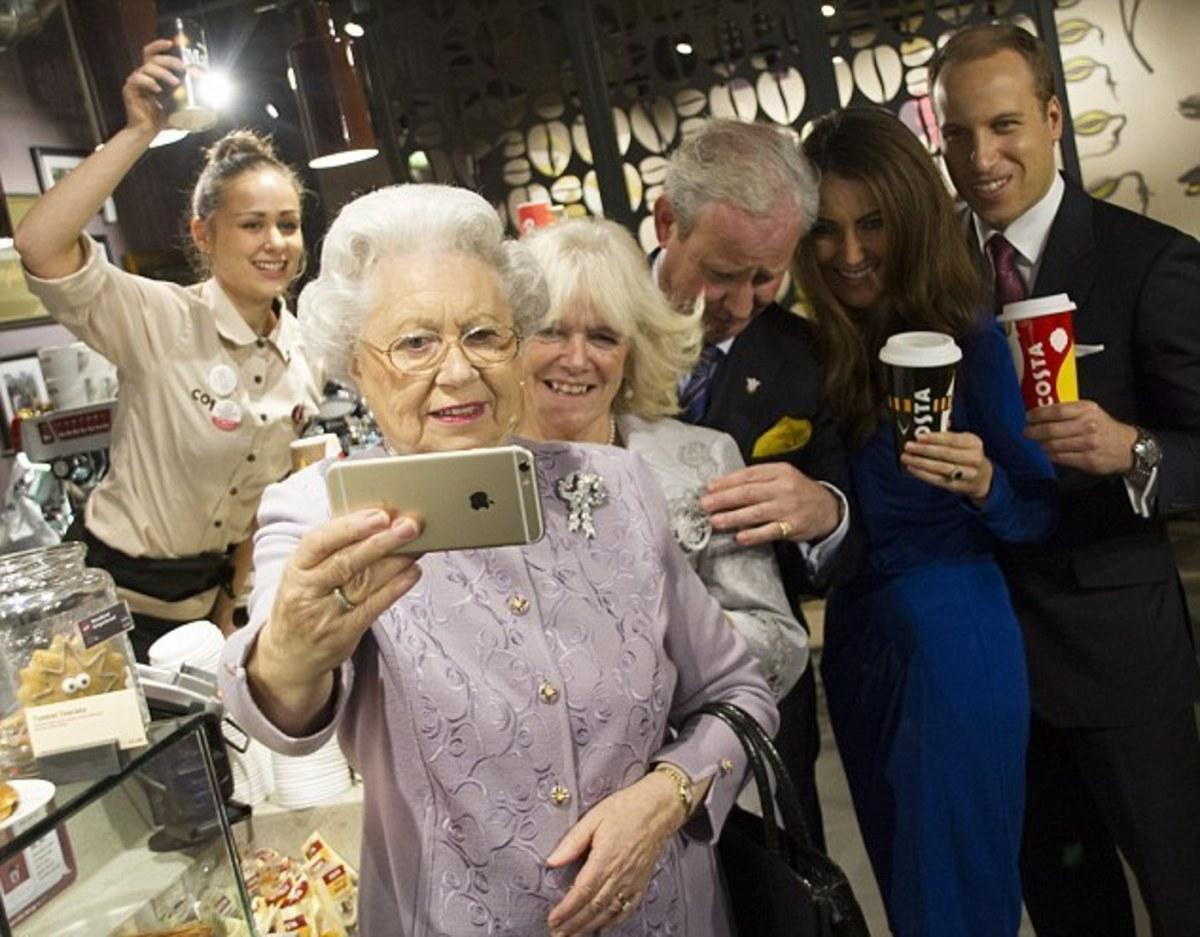 Όταν η βασίλισσα Ελισάβετ βγάζει selfie! Η μήπως όχι;