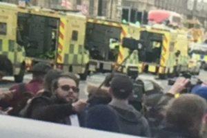 Αδιανόητο! Έβγαζε selfies μπροστά από τα θύματα του μακελειού στο Λονδίνο [vid]