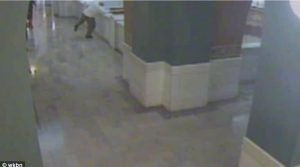 Σοκαριστικό βίντεο! Βουτιά θανάτου πριν τη δίκη – Βίαζε και έκαψε 10χρονη!