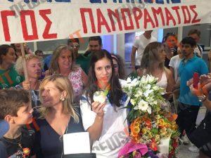 """Χαμογελαστή και με… μπηχτή! Η Ελλάδα υποδέχθηκε την """"χρυσή"""" Στεφανίδη: """"Κάθε τέσσερα χρόνια ασχολείστε…"""" [pic, vid]"""