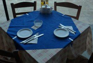 Στρώνει τραπέζι… με Ελλάδα!