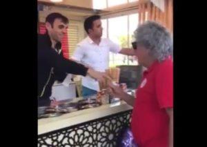 """Πολύ γέλιο! Τούρκος παγωτατζής – ζογκλέρ """"εναντίον"""" Τάκη Τσουκαλά [vid]"""