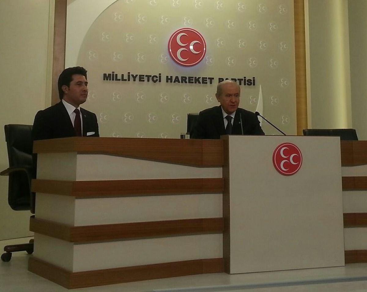 Αριστερά ο υποψήφιος του ΣΥΡΙΖΑ και δεξιά ο Ντεβλέτ Μπαχτσέλ τον ηγέτη τουρκικού φασιστικού κόμματος
