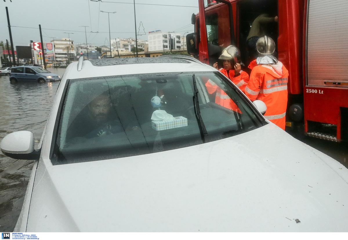 Καρέ – καρέ ο απεγκλωβισμός οδηγών στην Πειραιώς [pics]