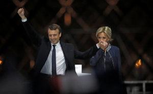 """Γαλλικές εκλογές – Υπό τους ήχους του ύμνου της Ευρώπης ο πρόεδρος Μακρόν στο Λούβρο – """"Μπριζίτ, Μπριζίτ"""" φώναζε το πλήθος!"""