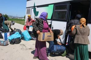 Άλλα τρία λεωφορεία με πρόσφυγες έφυγαν από τον Πειραιά για τις Θερμοπύλες