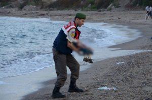 """Συγκλονίζει ο αστυνομικός που βρήκε τον Aylan: """"Σκέφτηκα τον γιο μου"""""""