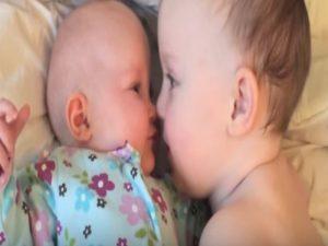Δείτε τι κάνει ένα μωράκι για να σταματήσει το κλάμα της μικρής αδερφής του! [vid]