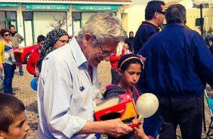 Ο βουλευτής που βάζει από την τσέπη του για το προσφυγικό [pics, vid]