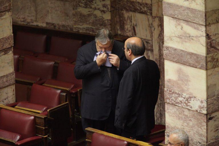 Ο Βενιζέλος φυσάει τη μύτη του στο τραπεζο-μαντήλι του (ΦΩΤΟ)