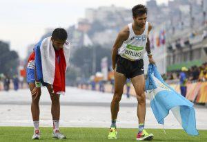 Ολυμπιακοί Αγώνες: Κατάθεση ψυχής! Έπαθε θλάση, αλλά τερμάτισε με πλάγια βήματα [vid]