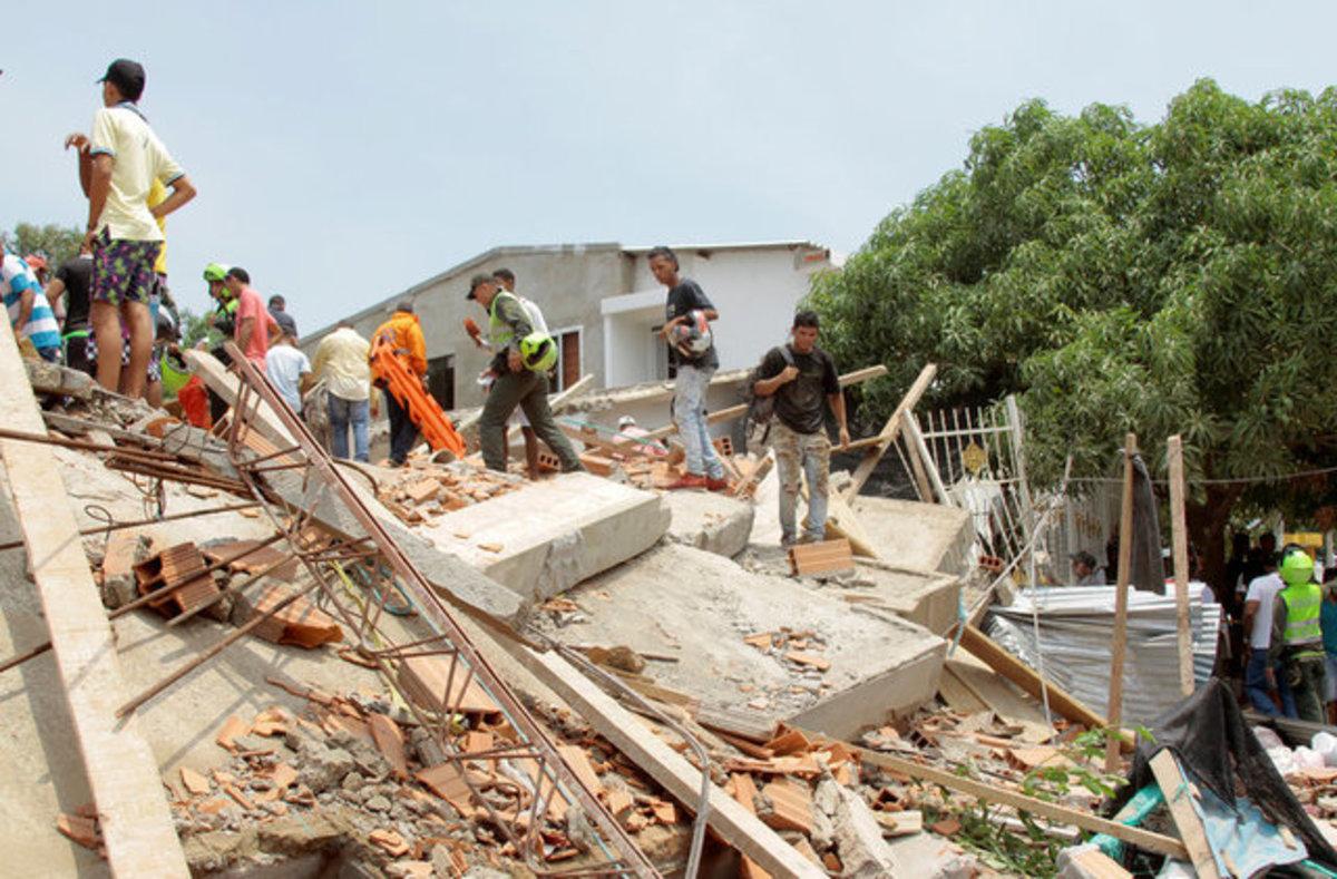 Τραγωδία: Τους καταπλάκωσε κτίριο – 17 νεκροί [pics]
