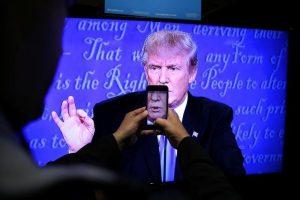 """""""Μοναχικός καβαλάρης"""" ο Τραμπ στο δεύτερο debate μετά τον σεξιστικό οχετό!"""