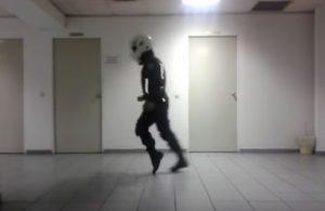 Αστυνομικός της ΔΙΑΣ χορεύει Michael Jackson! [vid]