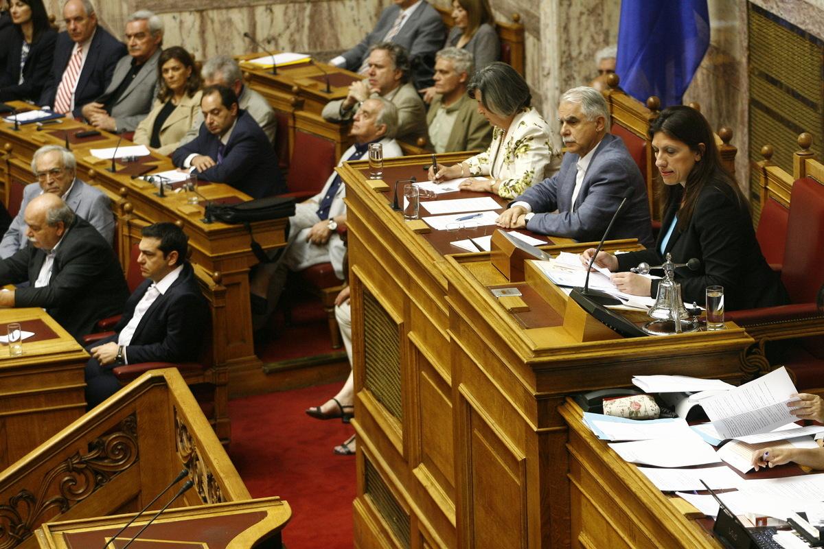 Ξεκίνησε η συζήτηση στην Ολομέλεια της Βουλής – Αποχώρησε με αιχμές η Ζωή Κωνσταντοπούλου – Τη γιούχαραν βουλευτές