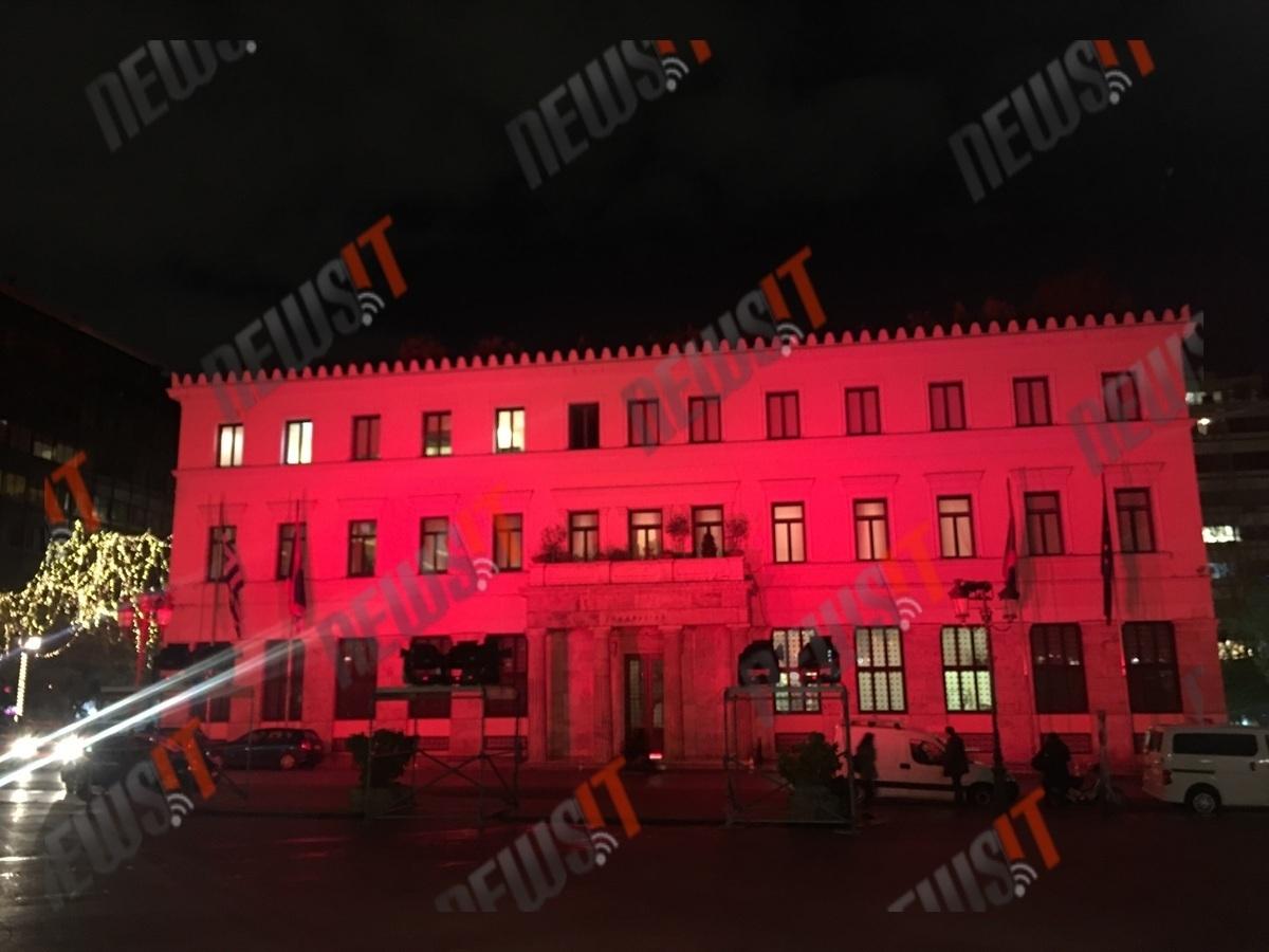 Στα χρώματα της τουρκικής σημαίας φωταγωγήθηκε το δημαρχείο της Αθήνας