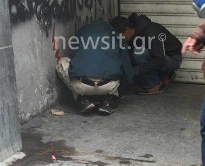 Έμποροι ναρκωτικών ετοιμάζουν ανενόχλητοι πρωί πρωί τις δόσεις στο κέντρο της Αθήνας [pics]