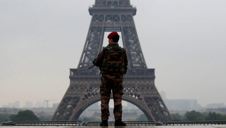 """""""Πενθεί"""" ο Πύργος του Άιφελ για τη σφαγή στην Αίγυπτο"""