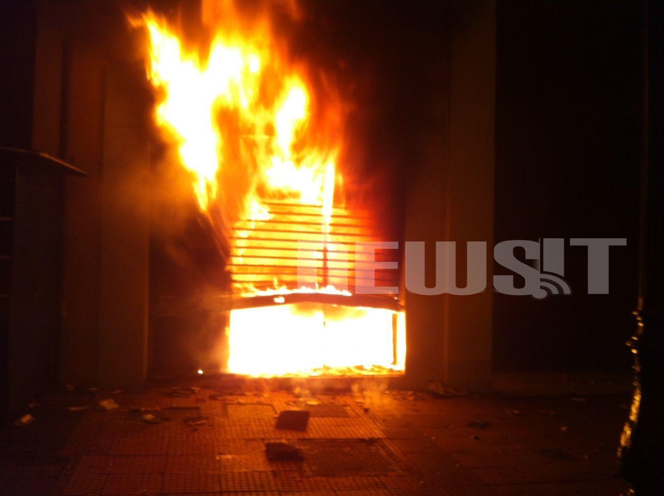 ΤΩΡΑ: Στις φλόγες καταστήματα και τράπεζες στο κέντρο της Αθήνας – ΣΥΝΕΧΗΣ ΕΝΗΜΕΡΩΣΗ