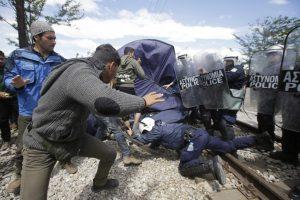 Έληξε η διαμαρτυρία των προσφύγων μπροστά στον φράχτη της Ειδομένης – ΦΩΤΟ
