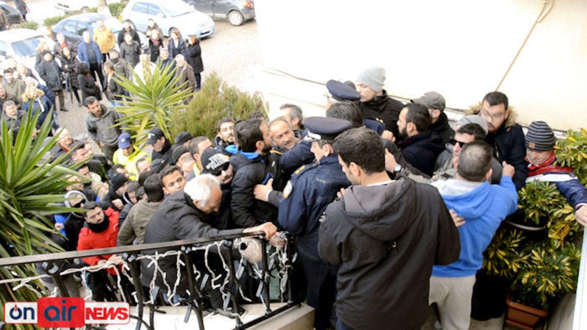 """""""Μπούκαραν"""" στο δημαρχείο Μεσολογγίου εξαγριωμένοι για το νερό! [pics]"""