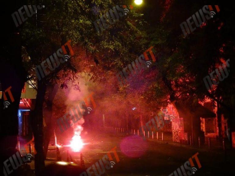 """17 Νοέμβρη 2015: Νύχτα φωτιάς στα Εξάρχεια – """"Πέταξαν"""" μέχρι και αυτοκίνητο στα ΜΑΤ (ΒΙΝΤΕΟ & ΦΩΤΟ)"""