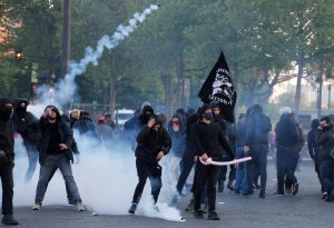 Γαλλία – Εκλογές: Επεισόδια, δακρυγόνα και λιποθυμίες [pics, vid]