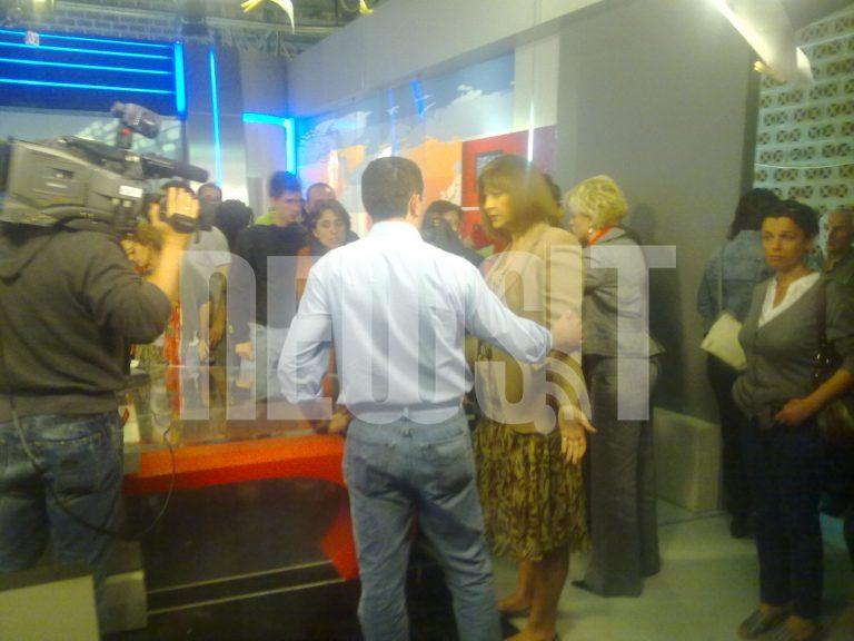 Έκαναν κατάληψη στην ΕΡΤ – Αποκλειστικά βίντεο από το NewsIt μέσα από το στούντιο της ΕΤ1