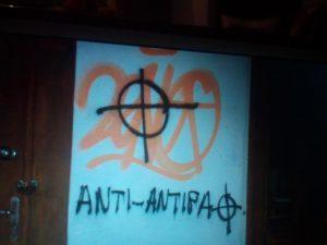 Υβριστικά συνθήματα στα γραφεία του ΣΥΡΙΖΑ στον Εύοσμο [pics]