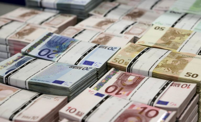 """SOS! Νέα μείωση των καταθέσεων το Φεβρουάριο – Στο """"κόκκινο"""" η χρηματοδότηση της οικονομίας"""