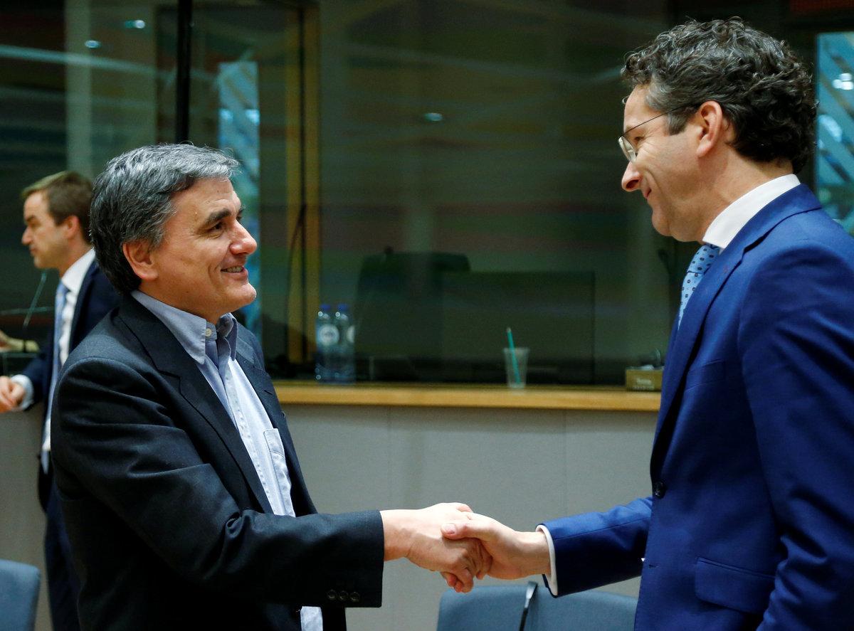 Δίνουν... τα χέρια οι Γερούν Ντάισελμπλουμ και Ευκλείδης Τσακαλώτος / Φωτογραφία: Reuters