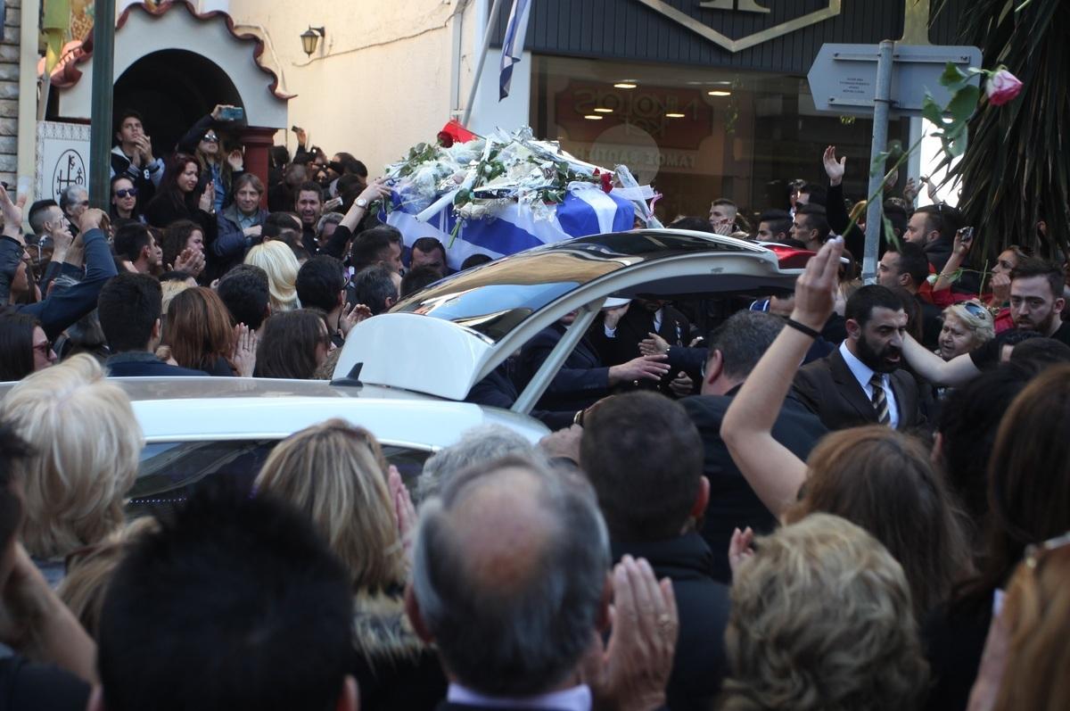 """Κηδεία Παντελίδη: """"Σείστηκε"""" η Νέα Ιωνία στο αντίο του Παντελή – Δραματικές σκηνές – Μοιρολογούσε σπαρακτικά η μητέρα του, υποβασταζόμενος ο πατέρας"""
