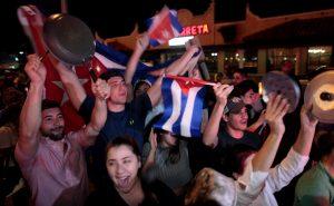 Φιντέλ Κάστρο: Πανηγυρίζουν το θάνατό του με τις πιτζάμες! [vids, pics]