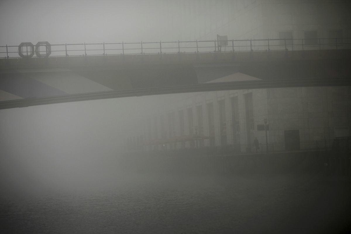 Με το μαχαίρι κόβεις την ομίχλη στο Λονδίνο – 100 ακυρώσεις πτήσεων
