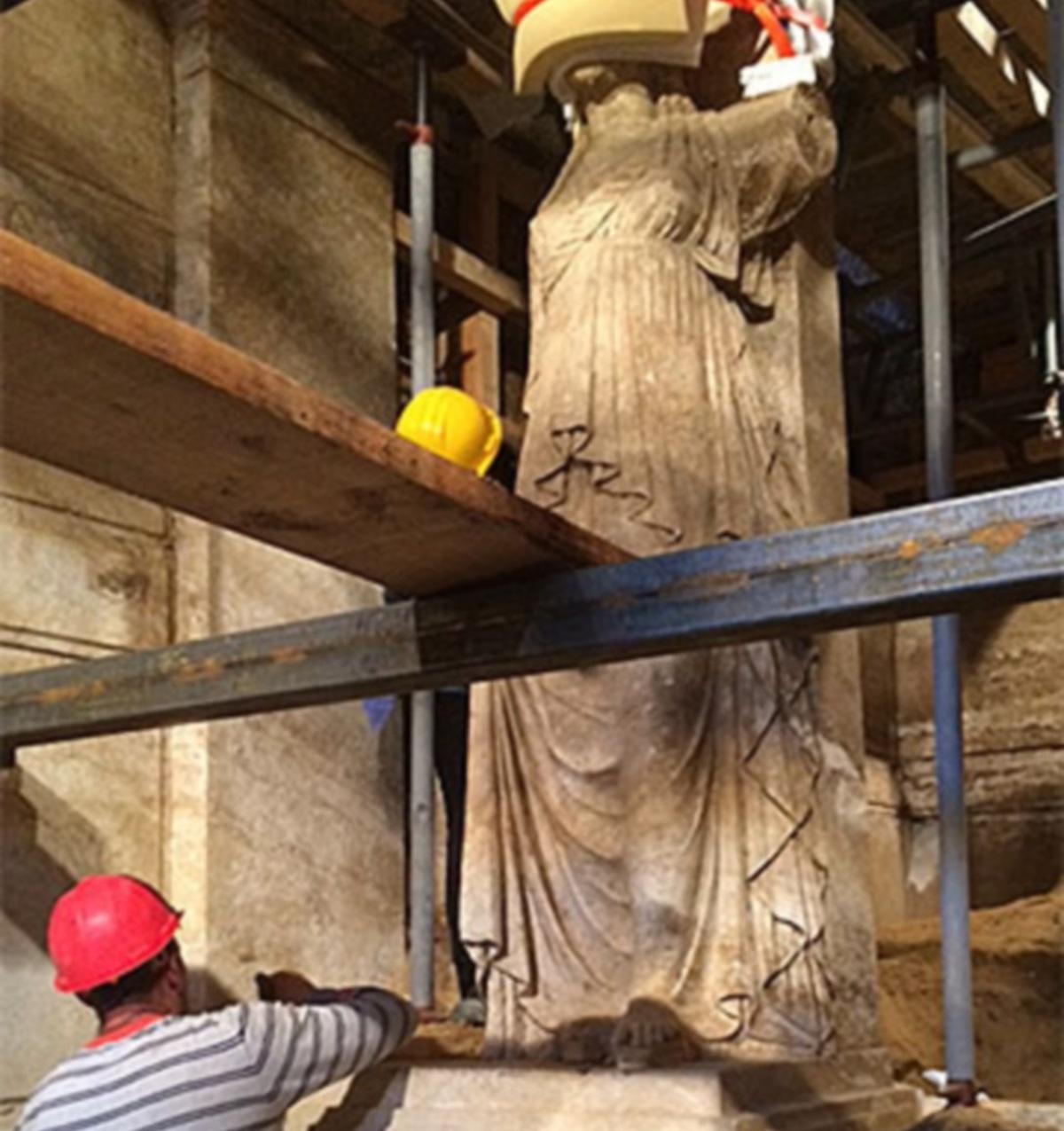 Αμφίπολη: Δέος μπροστά στις Καρυάτιδες – Αποκαλύφθηκαν ολόκληρες – Πάνω από 4 μέτρα το βάθρο με το άγαλμα