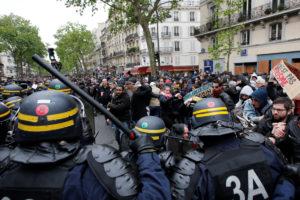 Ξύλο μεταξύ διαδηλωτών και αστυνομίας στην πρώτη πορεία κατά του Μακρόν