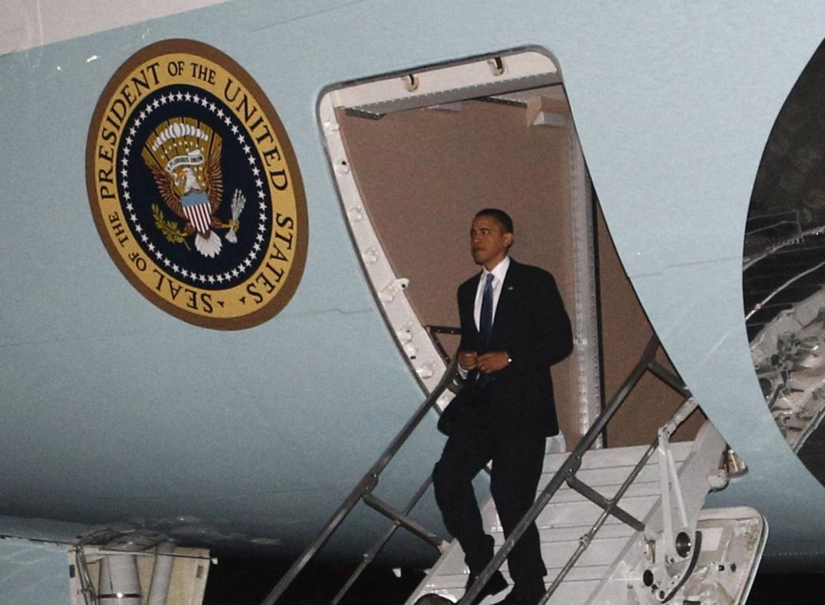 """Ο Ομπάμα βγαίνει """"στις μύτες"""" των ποδιών του από το Air Force One ΦΩΤΟ REUTERS"""